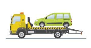 Zielony samochód na holowniczej ciężarówce, odosobnionej na białym tle Fotografia Royalty Free