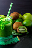 Zielony smoothie blisko centymetra i składniki dla go na czarnym drewnianym tle dieta detoxification Zdrowy napój Obrazy Royalty Free