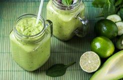 Zielony smoothie na zielonym tle robić avocado, cytryną i kiwi, obrazy royalty free