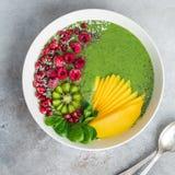 Zielony smoothie puchar z szpinakiem, mango, kiwi i malinką, Hea Fotografia Stock