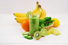 Zielony smoothie robić z kiwi, szpinakiem i bananem, Obraz Royalty Free