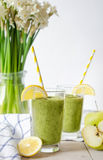Zielony smoothie w szkle Obraz Royalty Free