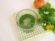 Zielony smoothie z dzikimi ziele i jabłkiem Obraz Royalty Free