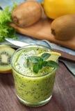 Zielony smoothie z kiwi i cytryną Fotografia Stock