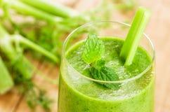 Zielony smoothie z mennicą i selerem Fotografia Stock