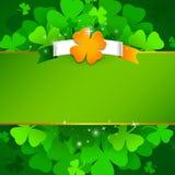 Zielony St Patrick ` s dnia tło z koniczyną royalty ilustracja