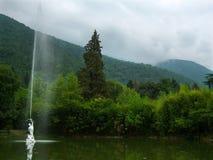 Zielony staw z fontanną w starym parku Obrazy Royalty Free