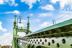 Zielony swoboda most w Budapest zdjęcia stock