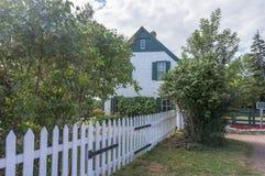 Zielony szczytu dom wiejski za drzewami Fotografia Royalty Free