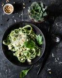 Zielony szpinaka makaron z serowymi i sosnowymi dokrętkami Zdjęcie Royalty Free