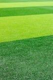 Zielony sztuczny trawy boisko do piłki nożnej dla tła Obrazy Royalty Free