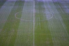 Zielony sztuczny trawy boisko do piłki nożnej z białą linią i centrum okręgiem Zdjęcie Stock