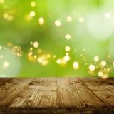 Zielony tło z bokeh i pustym stołem Zdjęcia Stock