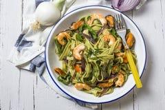 Zielony tagliatelle z owoce morza Mussels; Krewetki Obrazy Royalty Free