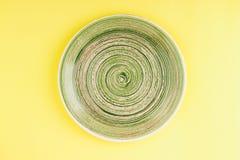 Zielony talerz na żółtym tle Obraz Royalty Free