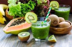 Zielony tropikalny smoothie z kiwi, melonowa i sałatki liśćmi, obraz stock