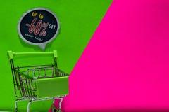 Zielony wózek na zakupy dołączający Do -60%, Sklepowego teksta na zieleni i menchii tła Daleko, Teraz obrazy stock