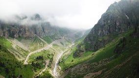 Zielony wąwóz z rzeką Białe chmury zakrywają wierzchołki góry Obraz Royalty Free