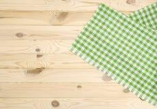 Zielony w kratkę tablecloth na drewnianym stole Zdjęcie Stock