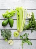 Zielony warzywo i owoc na białym drewnianym tle Zdjęcie Royalty Free