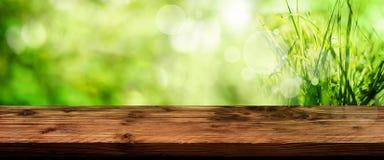 Zielony wiosny tło z drewnianym stołem Zdjęcie Stock