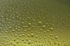 Zielony wodny tło wybierająca kropli ostrość obraz stock