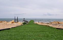Zielony wybieg wchodzić do morze śródziemnomorskie w Ayia Napa, Wschodni Cypr Idealna gramocząsteczka dla najlepszy modelów przy  zdjęcie royalty free
