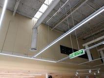 Zielony wyjście ewakuacyjne podpisuje wewnątrz supermarket pokazuje sposób esca zdjęcia stock