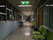Zielony wyj?cie ewakuacyjne podpisuje wewn?trz szpital pokazuje spos?b ucieka? przy noc? zdjęcia royalty free