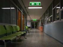 Zielony wyj?cie ewakuacyjne podpisuje wewn?trz szpital pokazuje spos?b ucieka? przy noc? obrazy royalty free