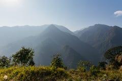 Zielony wzgórze blisko Kangchenjunga góry z chmurami above i drzewa który przeglądają w wieczór w Północnym Sikkim, India Fotografia Royalty Free