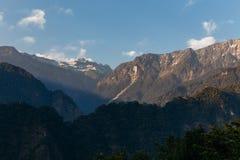 Zielony wzgórze blisko Kangchenjunga góry z chmurami nad i drzewami z światłem słonecznym które przeglądają w wieczór w Północnym Zdjęcie Royalty Free