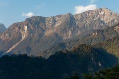 Zielony wzgórze blisko Kangchenjunga góry z chmurami nad i drzewami z światłem słonecznym które przeglądają w wieczór w Północnym Obrazy Royalty Free
