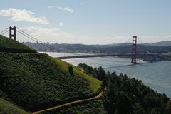 Zielony wzgórze przeciw Golden Gate Bridge, usa Obraz Royalty Free