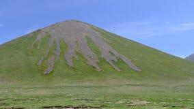Zielony wzgórze z palmated, jałowym i skalistym szczytem na Tybetańskim plateau, Zdjęcia Royalty Free