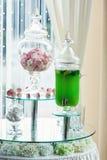 Zielony zdrowy napój cukierki przy tłem obraz stock