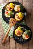 Zielony zucchini piec z jajkami i żółtym zucchini faszerującymi z obrazy royalty free
