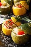 Zielony zucchini piec z jajkami i żółtym zucchini faszerującymi z zdjęcia stock