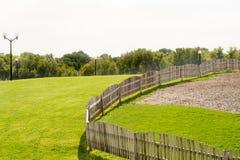 Zielonych gazonów drzew płotowy niebieskie niebo Zdjęcie Royalty Free