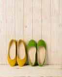 Zielonych i żółtych kobiet ` s kuje baleriny na drewnianym tle Zdjęcie Stock