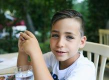 Zielonych oczu chłopiec ono uśmiecha się na ulicie Obraz Royalty Free