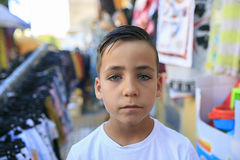 Zielonych oczu chłopiec ono uśmiecha się na ulicie Zdjęcie Royalty Free
