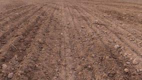 Ziemia i ciągnikowy rozciągnięty użyźniacz na polu Zasadzać loch uprawy zdjęcie wideo