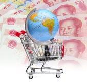 Ziemia na wózek na zakupy z chińskim waluty tłem Fotografia Royalty Free