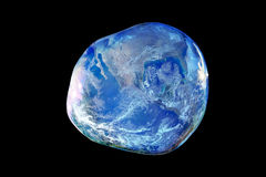 Ziemia wśrodku dużego i kruchego bąbla mydła na czarnym tle Zdjęcie Stock