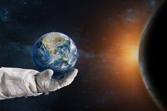 Ziemia w ręce astronauta Ziemskiego dnia pojęcie ilustracja wektor