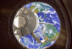 Ziemia w statek kosmiczny międzynarodowej stacji kosmicznej okno porthole obraz stock