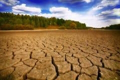 Ziemia z suchą i krakingową ziemią Zdjęcia Royalty Free