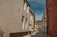 Ziemlich leere Straße mit Backsteinbauten und blauem Himmel in Brügge Lizenzfreie Stockfotos