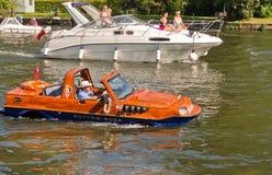 Ziemnowodny Hybrydowy samochód na Rzecznym Thames Obrazy Stock